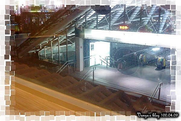 咖啡林咖啡0409-晚上的美麗島捷運站出口處