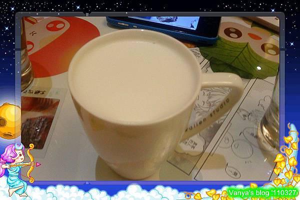 高雄咖啡林咖啡-老妹點的香草熱牛奶,味道很佳
