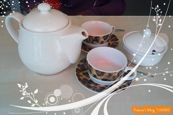高雄左飲右食-小雞點的香甜蜜桃茶,茶具很可愛