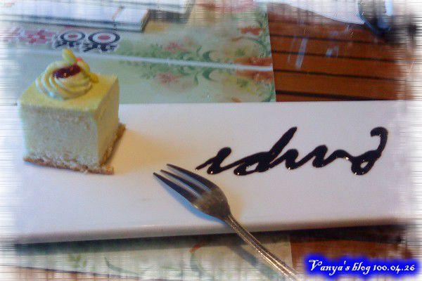 高雄普普的風-甜點小蛋糕,用巧克力醬點綴
