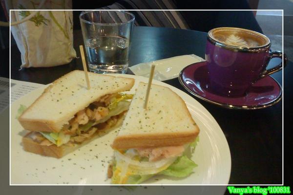 高雄美麗島站的雅詩裴咖啡,燻雞三明治及熱卡布套餐