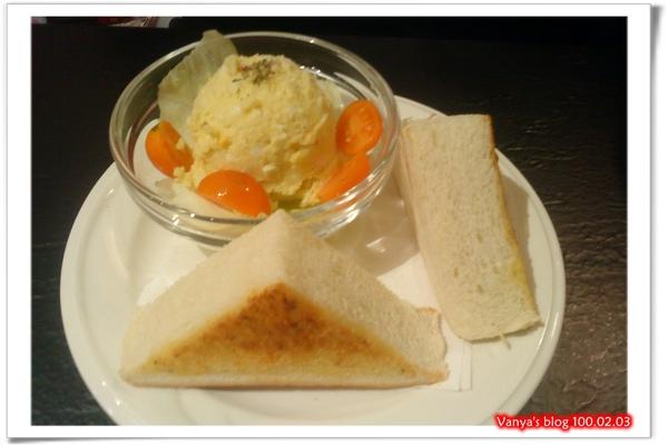 西雅圖咖啡之西西里肉醬焗洋芋附餐-麵包與沙拉