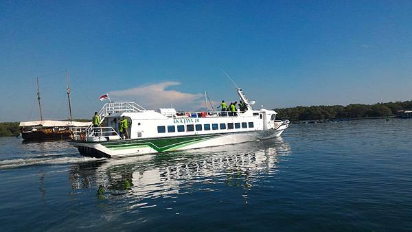 搭乘快艇出海前進金銀島.jpg