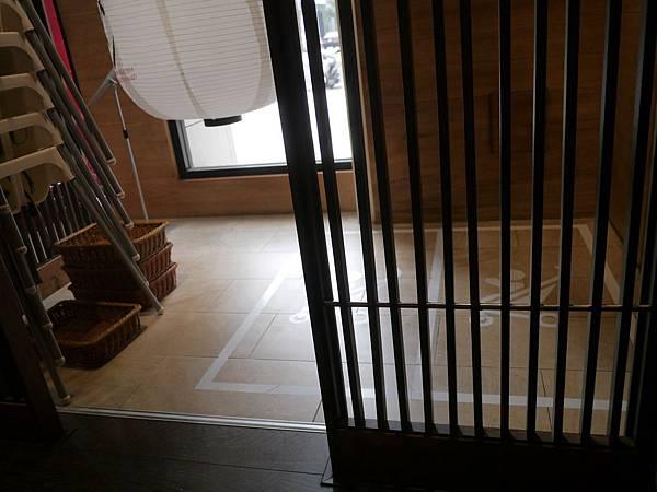 [新竹.關新]-博多一幸舍拉麵店內的娃娃車擺放空間 2015.4