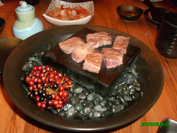 在石頭上煎的牛肉