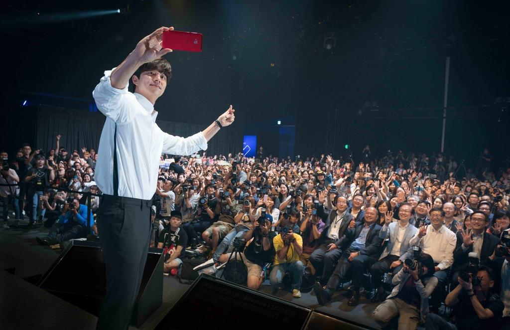 華碩ZenFone 4代言人孔劉在「WE LOVE PHOTO」產品發表會上和全場來賓一起自拍.jpg