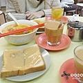 中午本來要去吃再興燒臘..結果沒開XD 就到附近的豪華咖啡茶廳 吃著很像早餐的午餐