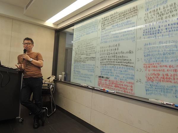 文案達人唐崇達老師集25年廣告文案專業寫作經驗傳授,以系統化、方法化、步驟化、演練化的傳授,讓逢寫作腦筋就一片空白的人,都能快速寫滿一整個白板。