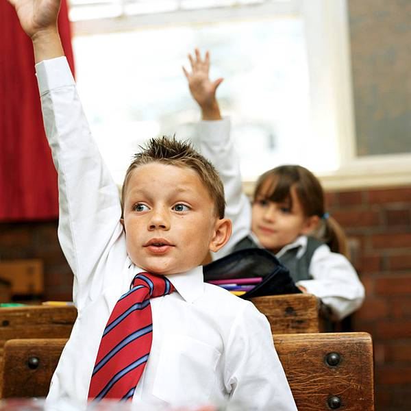 想要發問,卻不敢舉手? 有此情況,在舉手發問前,不妨先深呼吸跟自己打氣說三次:「我很棒,我絕對做得到!」氣充飽了,球會彈很高,你的手也很容易抬高了。