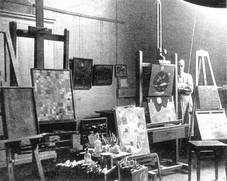 Klee 1925 in Bauhaus studio_1.jpg