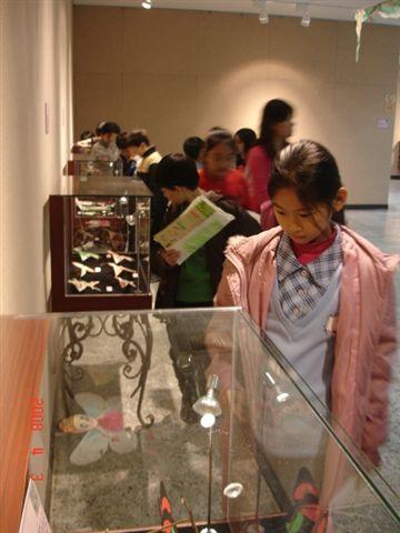 學生參觀展覽的景象.JPG