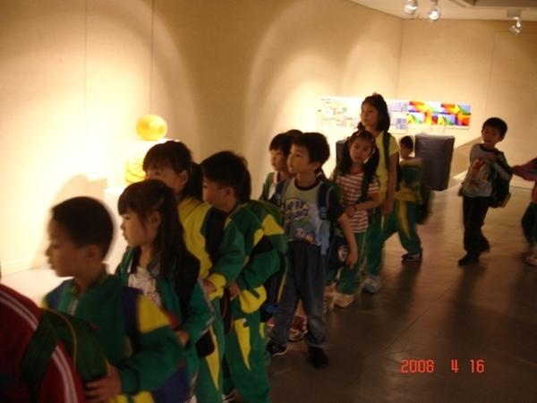 參觀展覽的小朋友.JPG