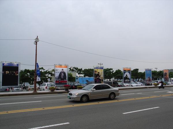 主要街道展出競賽片的大海報