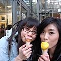 雖然很冷  但老外還是愛在街上吃冰淇淋  我們也入境隨俗的來一球