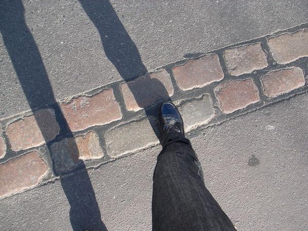 腳下是原本圍牆的地方