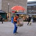 街上賣香腸的小販  有造型喔!