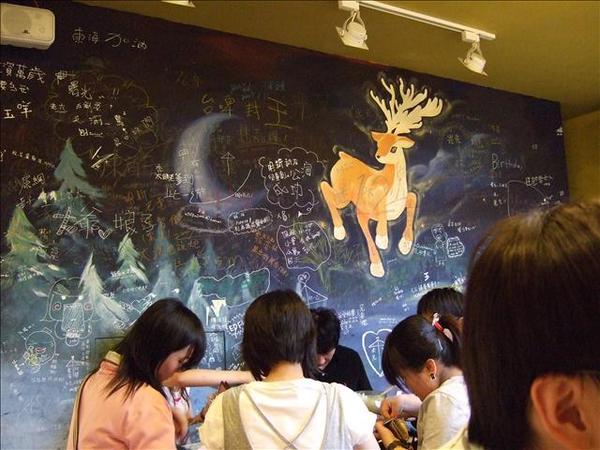 牆面給客人自由塗鴉留言