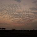 夕陽真的提早被雲遮住了...