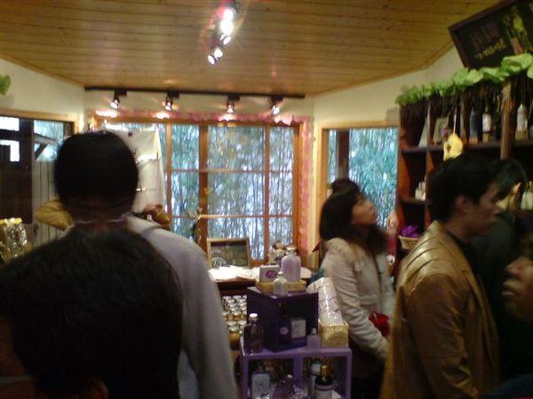 香草小舖裡面擠滿人