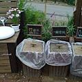 外頭的垃圾桶+洗手台