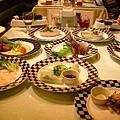 開胃菜上完 桌子也滿了