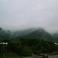剛下過雨,雲層很低