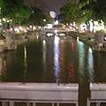 夜裡好迷人的護城河(又一夢幻的照片)