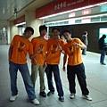 四位穿顯眼橘色營服的在那裡耍「丘」