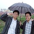 歐和偉哥 傘把花遮了一大半XD