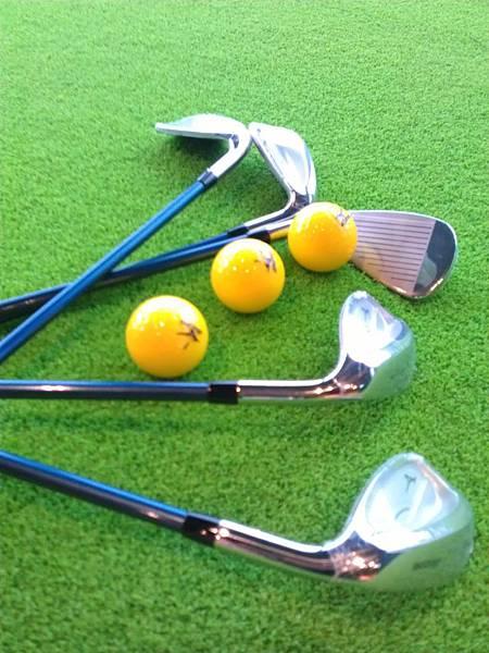 藍色高爾夫球竿與美津濃專用球