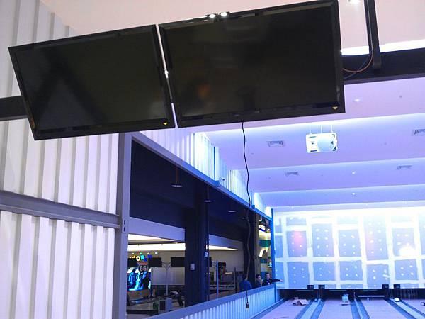 保齡球道55吋螢幕