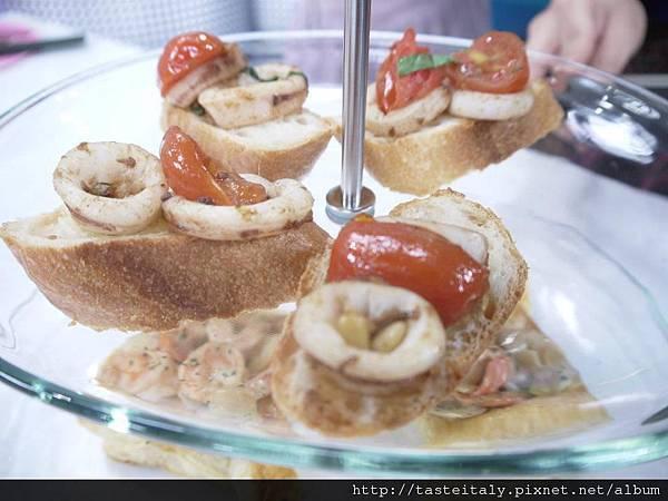 鯷魚蒜香燴炒透抽配麵包