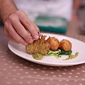 炸瑞可塔起司附蘿勒青醬生菜沙拉