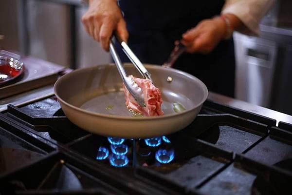 落合 務-吉康菜錦菇煎豬排佐陳年葡萄醋醬汁