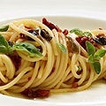 【奧利塔食譜】香料橄欖油義大利麵 (SPAGHETTI WITH DRIED CHERRY TOMATO, CAPER, OLIVE AND HERB PESTO)