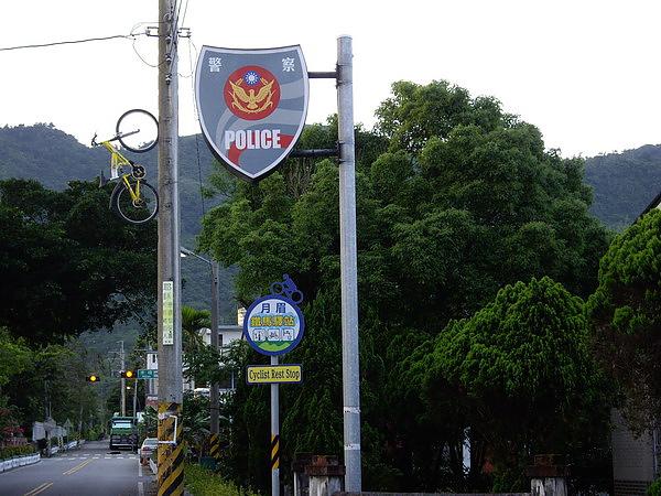月眉鐵馬驛站-請特別留意照片左上角有鐵馬爬電桿.jpg