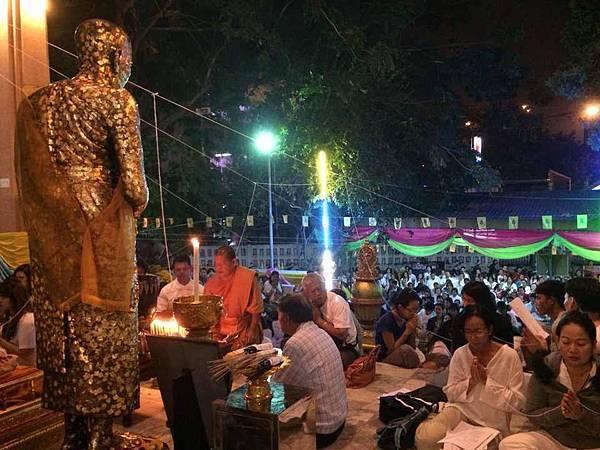 泰國的跨年在廟寺裡祈福