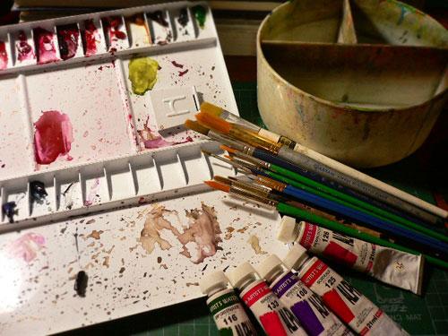 透明水彩、筆和很髒的筆洗..