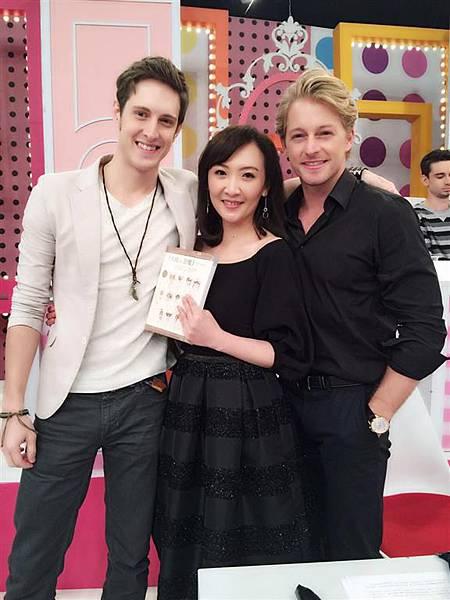 作者群之一:美麗的劉景莊小姐 Julie姐,上1%2F2強宣傳新書囉 !
