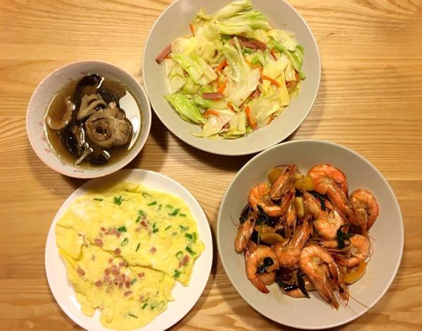 清炒高麗菜、蔥蛋、香菇雞湯、紅燒蝦