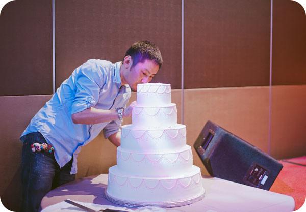 型男蛋糕師傅現場雕花