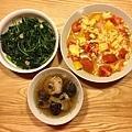 清炒地瓜葉、蕃茄炒蛋、香菇雞湯
