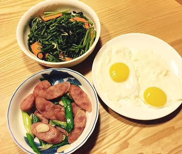 清炒空心菜、蒜香香腸、太陽蛋