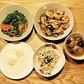 泰式酸辣雞、蒜炒空心菜、蔥爆雞、糖心荷包蛋、香菇雞湯~ 這季節(當季)的空心菜,真是超便宜的,一大把才10元。 泰式酸辣雞是新嘗試的料理,相當開胃
