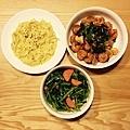 蒜炒空心菜、美式洋蔥蘑菇滑蛋、三杯蝦球。 每餐堅持一定要有青菜。
