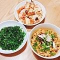 晚餐因爲媽媽累了,所以簡單煮煮😆 蒜香波菜、鮮蝦豆腐煲、蔥燒乾拌麵。
