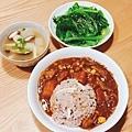 阿乃私廚:今天煮了睽違已久的咖哩飯~雞肉蘑菇咖哩飯。真的好久沒煮了。還有蘿蔔筊白筍蕈菇湯、麻油芥菜~其實不太敢吃芥菜,因為苦苦的,不過用對方法其實也蠻好吃的,很爽口。