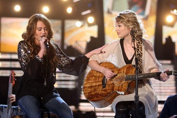 麥莉與泰勒絲葛萊美合唱.jpg