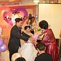 新娘獻花給婆婆
