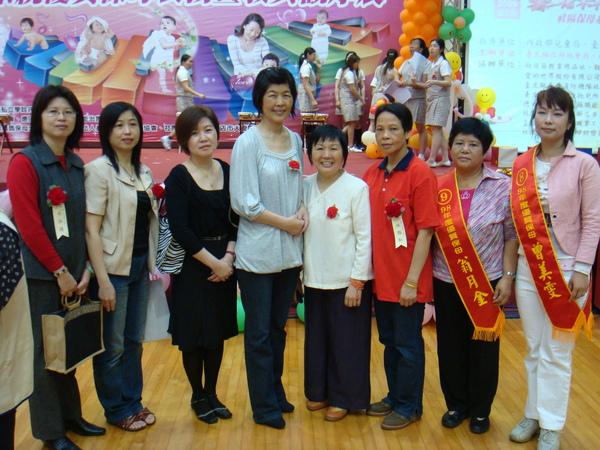 理事長 江秘書與優質保母教具得獎人合照笑一下喔